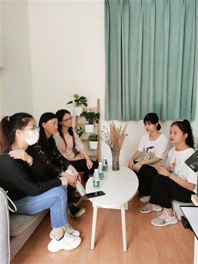 图为学校老师在深圳宝贝星第二幼儿园了解学生的实习情况
