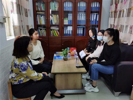 图为我院老师在深圳西乡德欣幼儿园了解学生实习情况