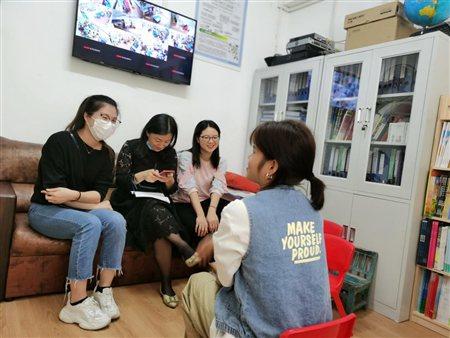图为我院老师与在深圳灵芝生态幼儿园实习的学生进行交流